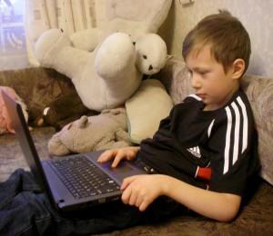 Мальчик и ноутбук