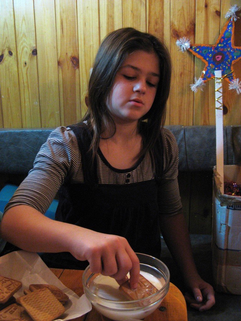 Маруся макает печеньки