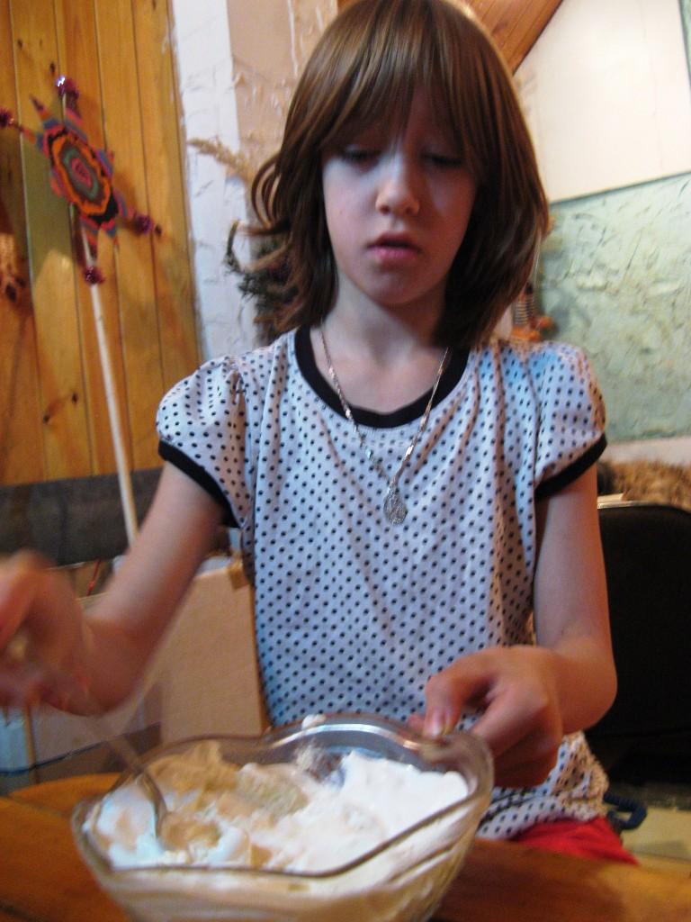 Саша готовит крем