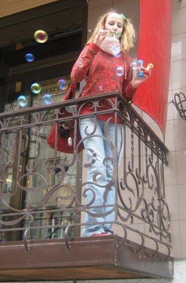 Пузыри летят с балкона