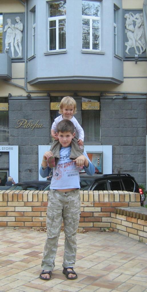 Мальчик с братиком