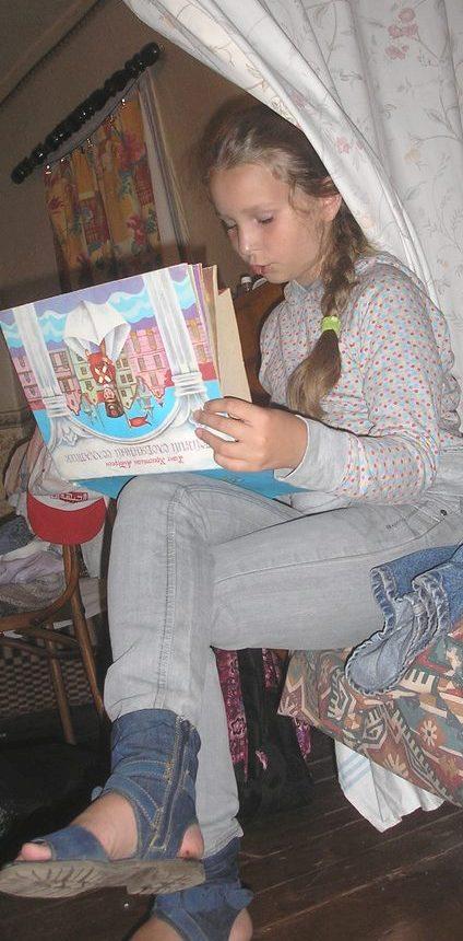 Девочка с книжкой